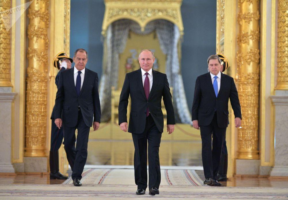 總統的俄羅斯總統普京在大克里姆林宮出席外國使節遞交國書儀式。右邊是俄羅斯總統助理尤里·烏沙科夫,左邊是俄羅斯外交部長謝爾蓋·拉夫羅夫。