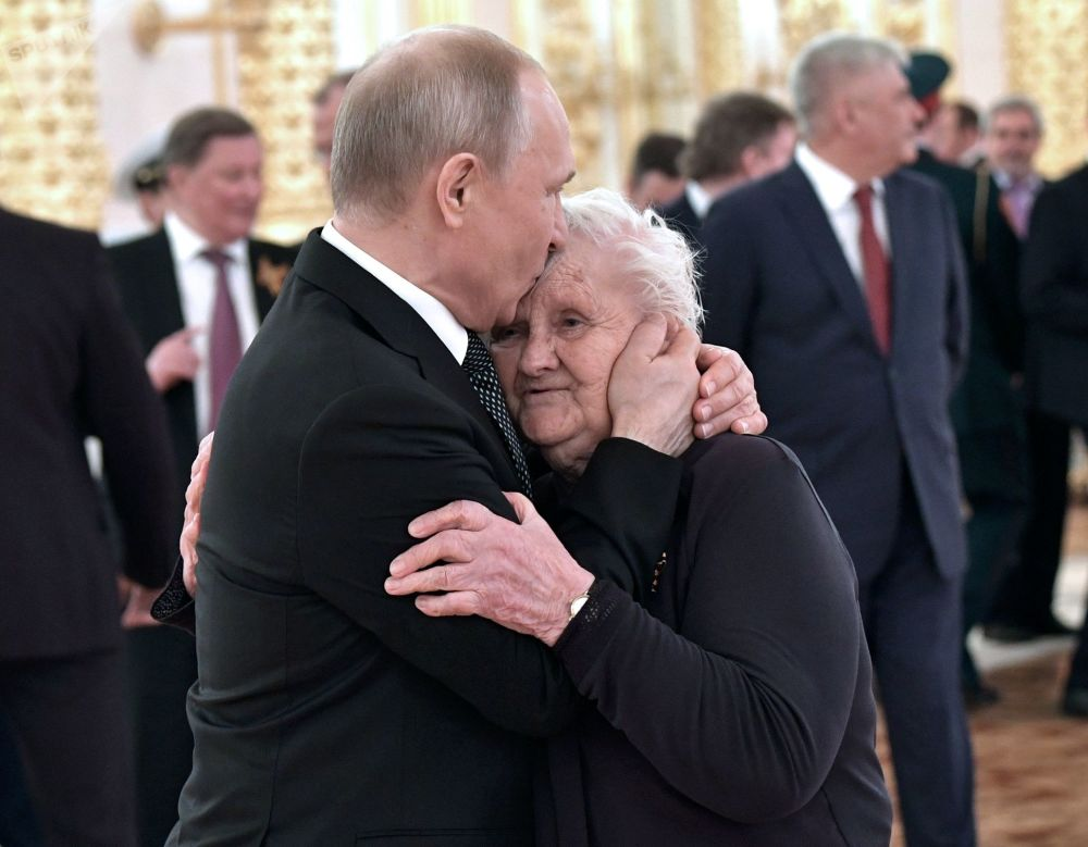 2019年5月9日,俄羅斯總統普京和他的班主任薇拉·古列維奇偉大的衛國戰爭勝利74週年招待會上。