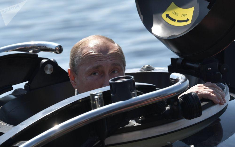 2019年7月27日 俄羅斯總統普京乘坐深海潛水器,潛到芬蘭灣海底查看蘇聯海軍潛艇「ShCh-308 Syomga」遺骸前。