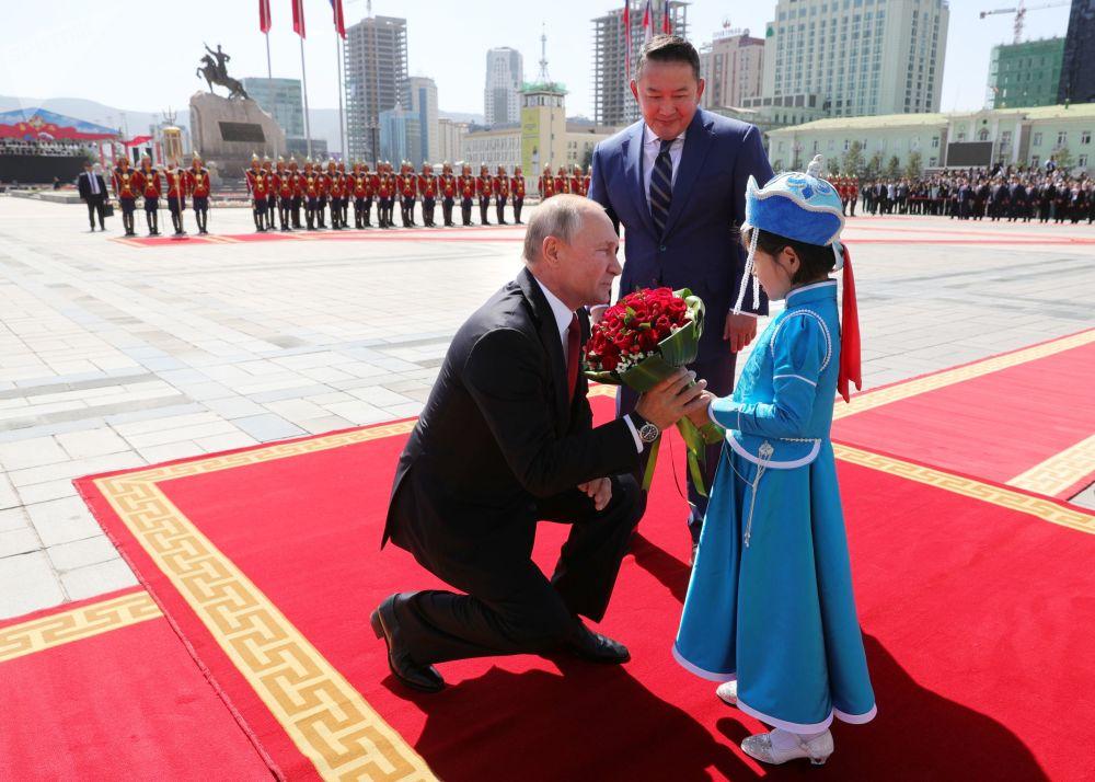 2019年9月3日,俄羅斯總統普京和蒙古國總統巴特圖勒嘎(中)在烏蘭巴托蘇赫巴托爾廣場上的國家宮舉行的正式歡迎儀式上。