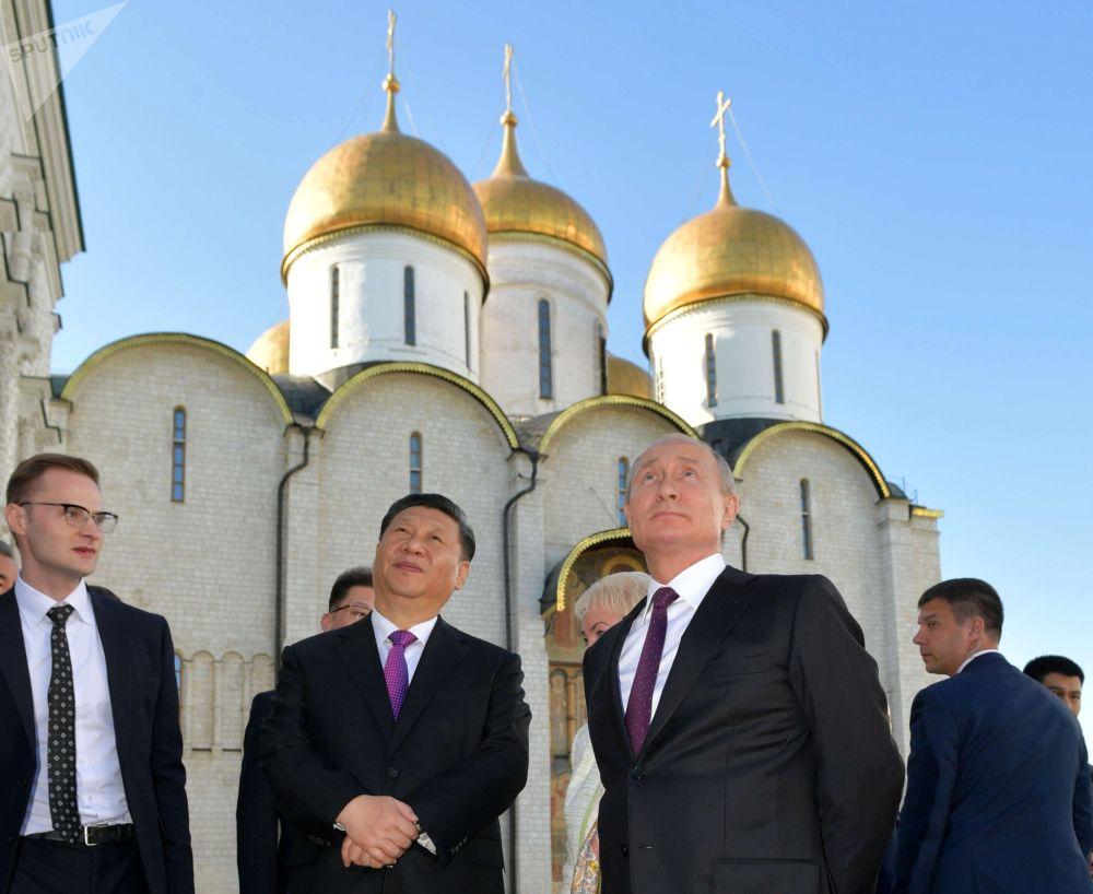 2019年6月5日,俄羅斯聯邦總統普京和中國國家主席習近平(左二)在克里姆林宮舉行的俄中會談結束後參觀克里姆林宮。