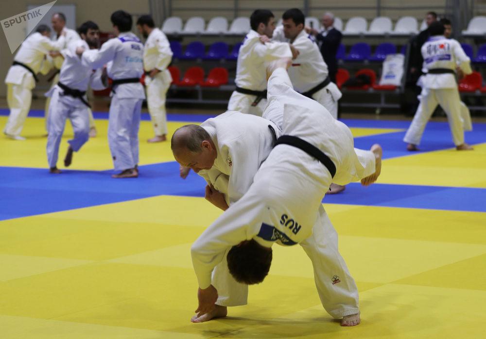 2019年2月14日,俄羅斯聯邦總統普京在南方體育館的榻榻米上進行柔道訓練。