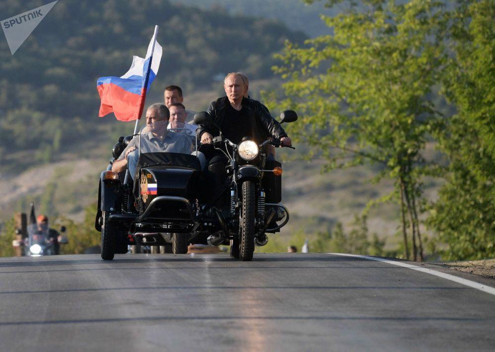 2019年8月10日,俄羅斯聯邦總統普京在塞瓦斯托波爾舉辦的巴比倫的影子國際車展上駕駛一輛烏拉爾牌三輪偏鬥摩托車。此次車展由夜狼摩托車俱樂部主辦。左邊是克里米亞共和國領導人,部長會議主席謝爾蓋·阿克肖諾夫。