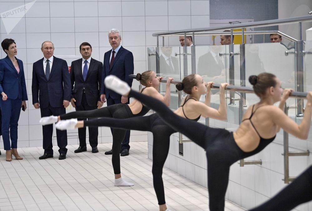 2019年3月27日,俄羅斯聯邦總統普京在視察達維多娃花樣游泳奧運中心。