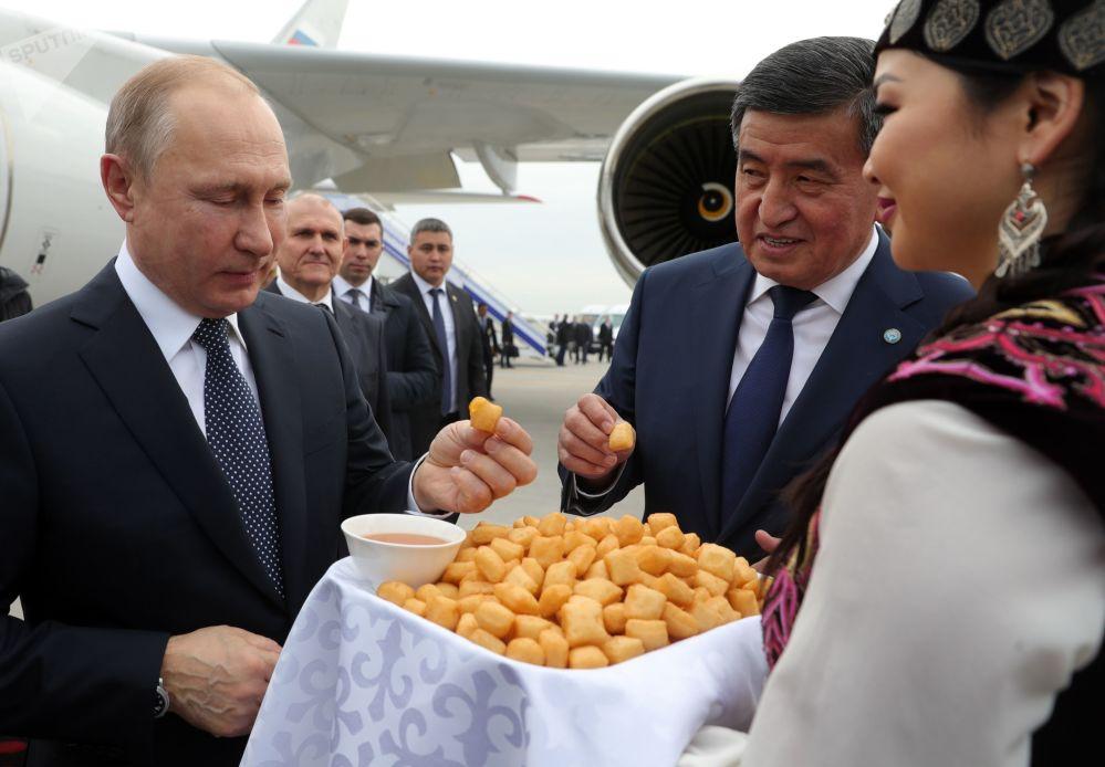 2019年3月28日,俄羅斯總統普京在比什凱克機場會晤中。右二為吉爾吉斯斯坦總統熱恩別科夫。