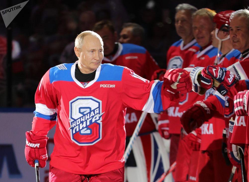 在索契冰宮舉行的夜間冰球聯賽開始前,俄羅斯聯邦總統普京歡迎歡迎「傳奇冰球隊」隊員。