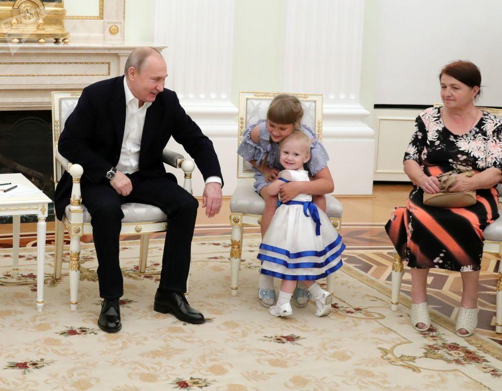 2019年7月25日,俄羅斯聯邦總統普京在克里姆林宮接見伊爾庫茨克州洪災受害家庭。俄羅斯聯邦總統邀請伊爾庫茨克州洪災受害者來索契的總統辦公廳達莫梅斯療養中心療養。