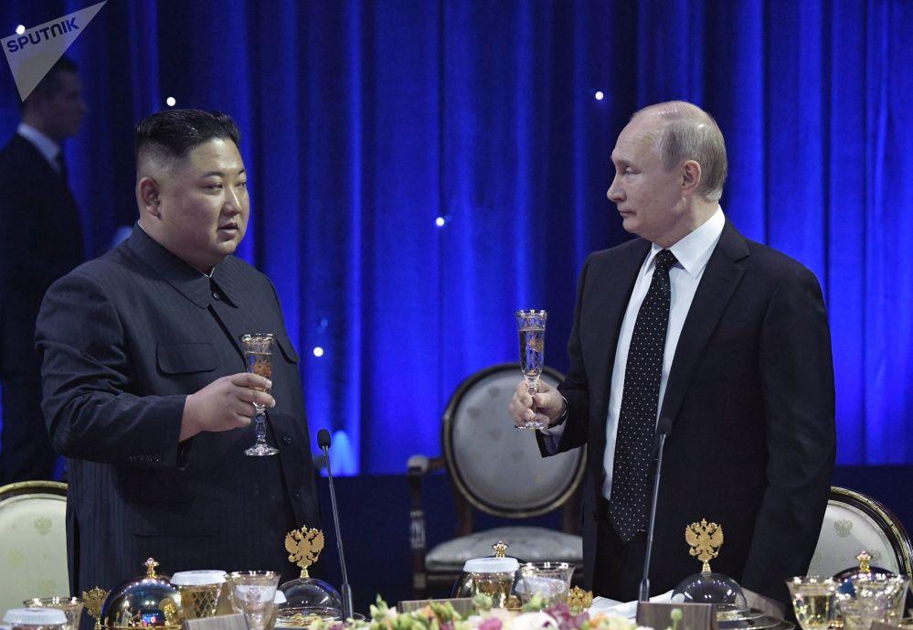 2019年4月25日,俄在遠東聯邦大學符拉迪沃斯托克校區舉行的會談結束後,俄羅斯聯邦總統普京為朝鮮國務委員會委員長金正恩舉行正式的招待會。