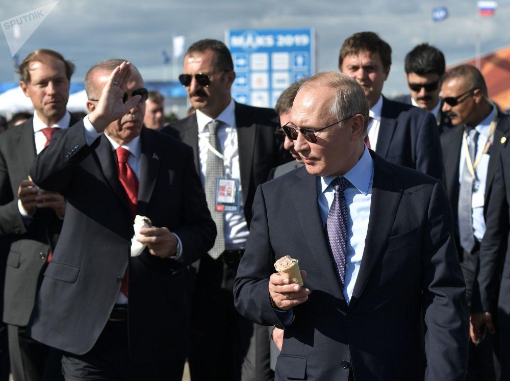 2019年8月27日,俄羅斯聯邦總統普京和土耳其總統埃爾多安(左)在參觀2019年國際航空航天展。