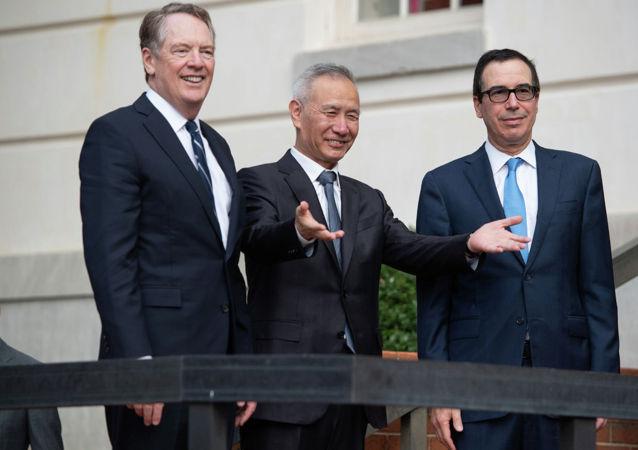 中國國務院副總理劉鶴(中)、美國貿易代表萊特希澤(左)和美國財政部長姆努欽