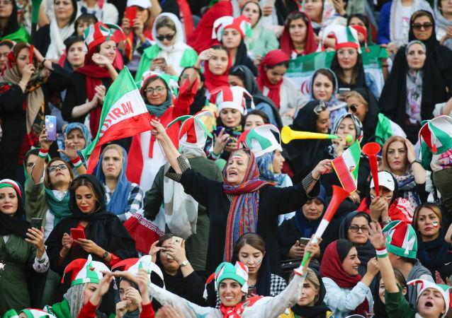 幾十年來伊朗女性首次被允許觀看球賽