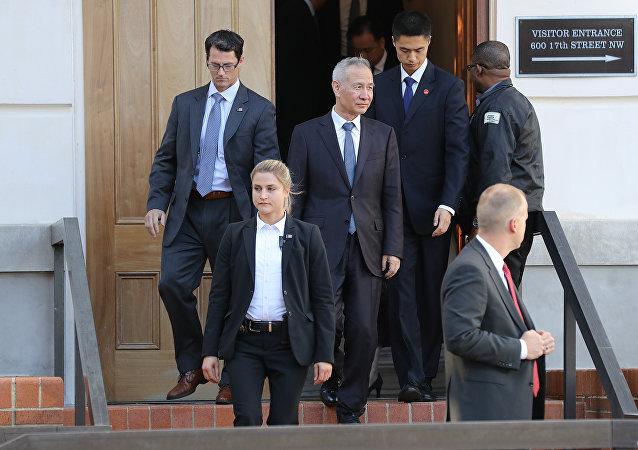 副總理劉鶴率中方代表在中美貿易談判第二天會談後離開美國貿易代表總部大樓