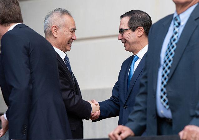 美國財政部長姆努欽(右二)和中國國務院副總理劉鶴(左二)