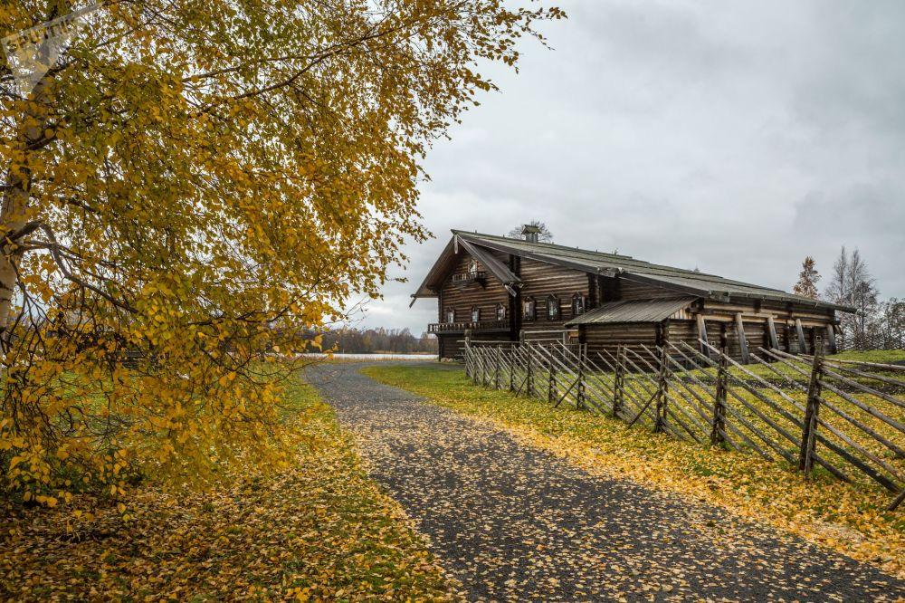扎奧涅加的秋天:寧靜的木制教堂和湖泊