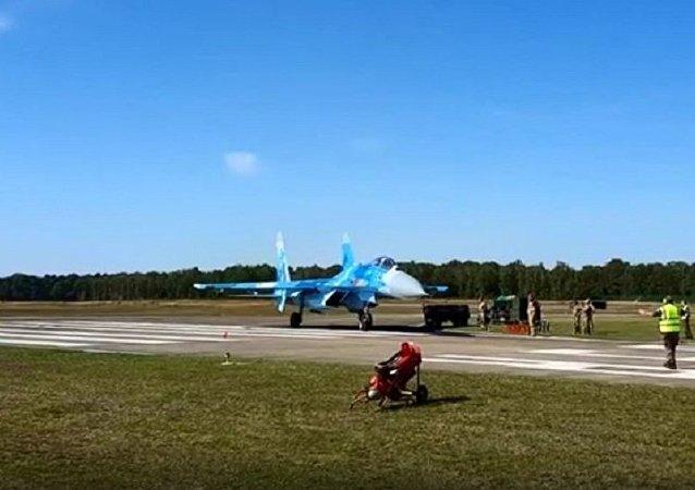 網絡爆出烏克蘭蘇-27戰鬥機吹跑人的視頻
