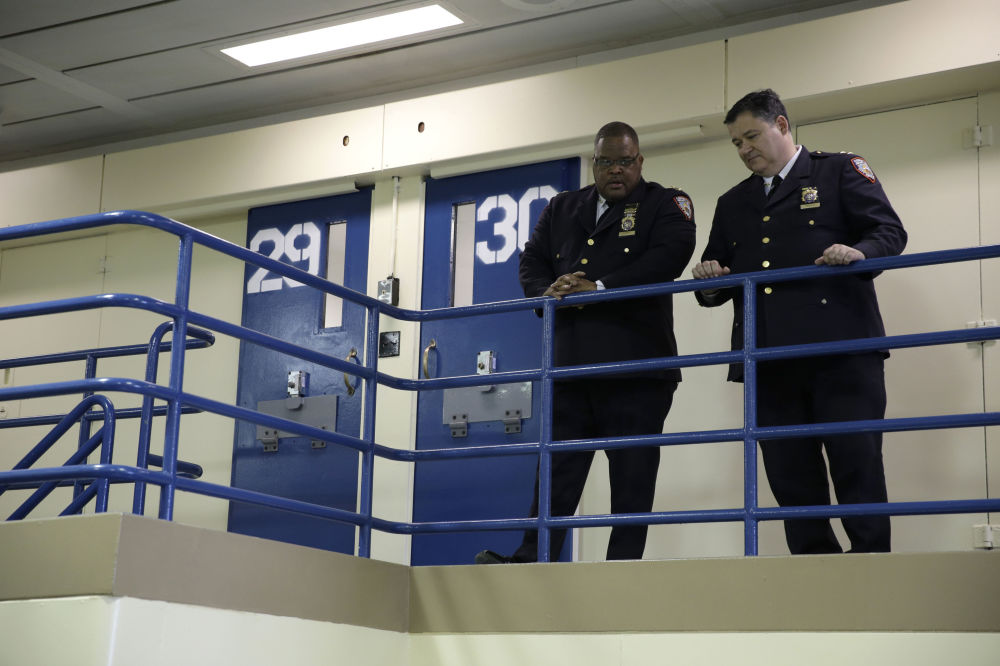 等待記者會開始的賴克斯島監獄的工作人員