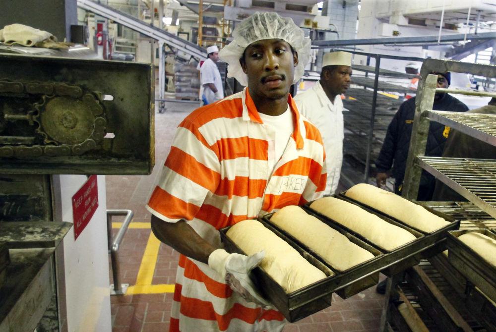 世界最大監獄——賴克斯島監獄裡面包店中的一個囚犯
