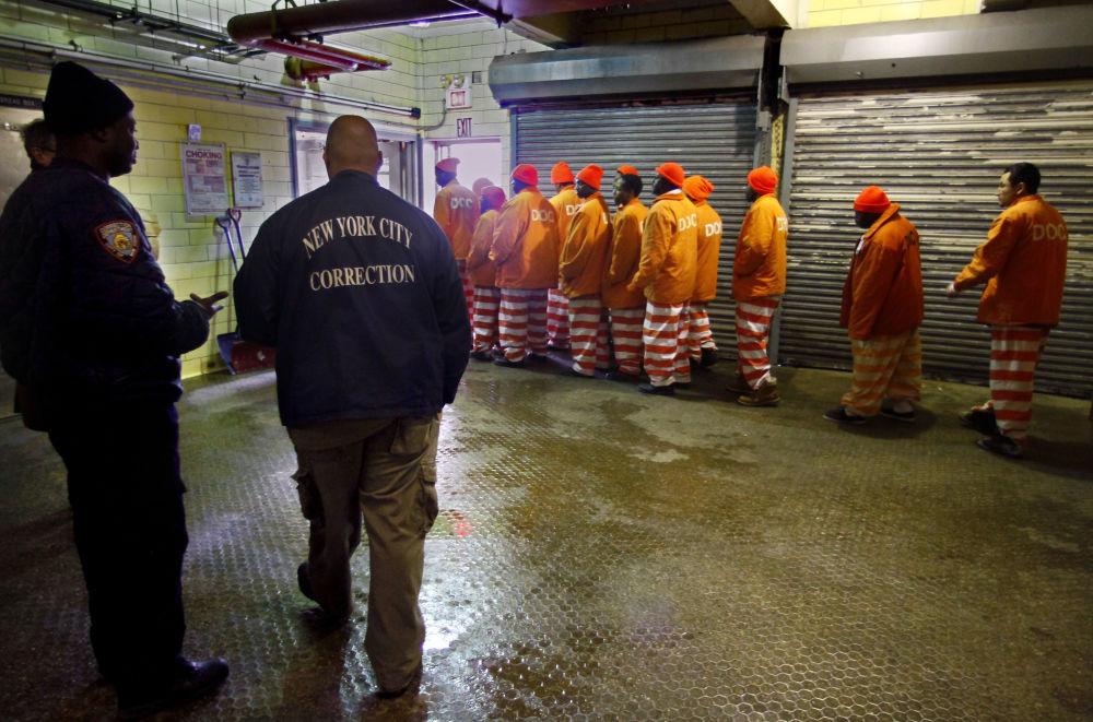 完成麵包店早班工作離開麵包店的囚犯們