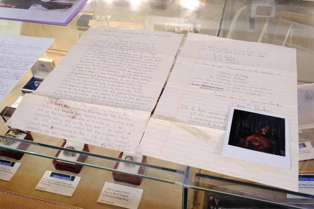 一封有圖帕克·夏庫爾簽名的從賴克斯島監獄發出的信