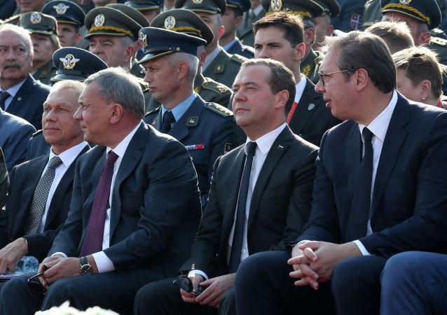 梅德韋傑夫與塞爾維亞總統出席貝爾格萊德軍事裝備檢閱