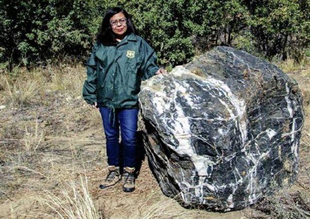 美國亞利桑那州黑色巨石失蹤數天後神秘重現