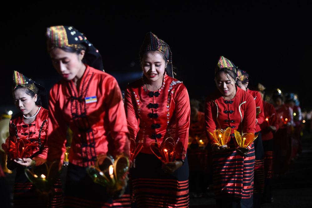 在緬甸「光明節」上進行傳統舞蹈表演時的女孩
