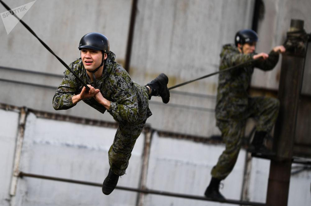 在展示表演期間執行任務的俄羅斯聯邦特種部隊成員。