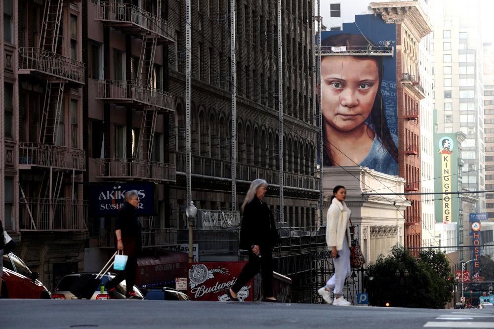 加利福尼亞州聖弗朗西斯科市房屋上的瑞典氣候活動家格蕾塔·通貝里的肖像。