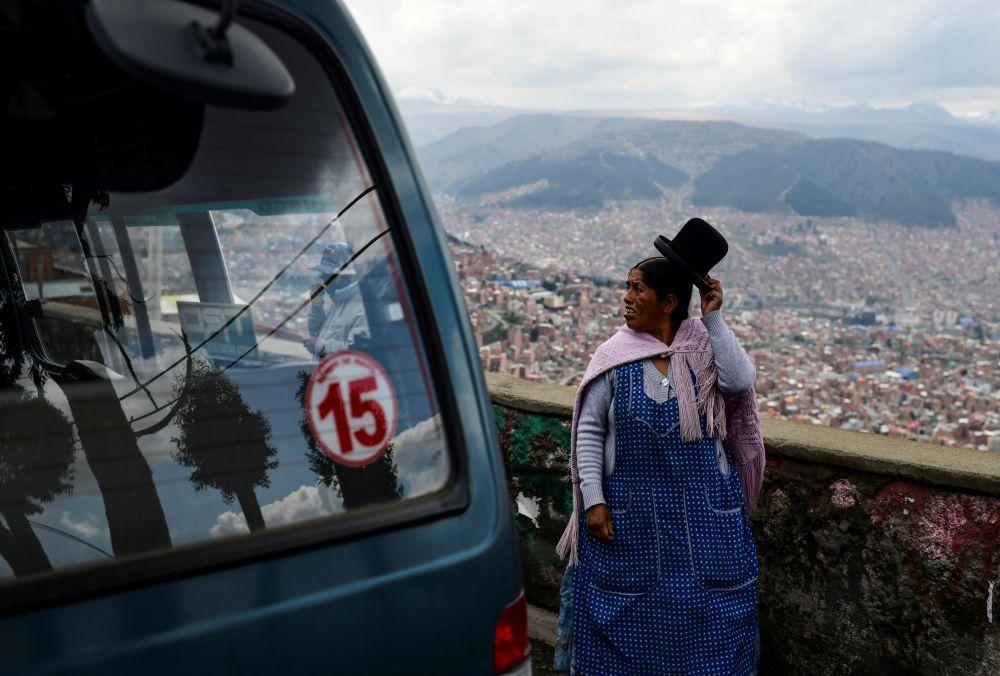 玻利維亞從埃爾阿爾托到拉巴斯的路上。