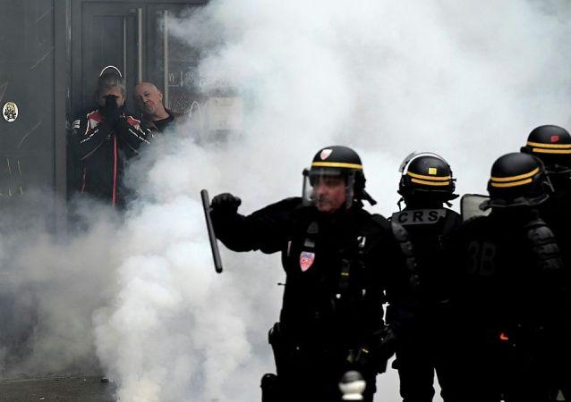 黃馬甲運動一週年巴黎市意大利廣場變成戰場