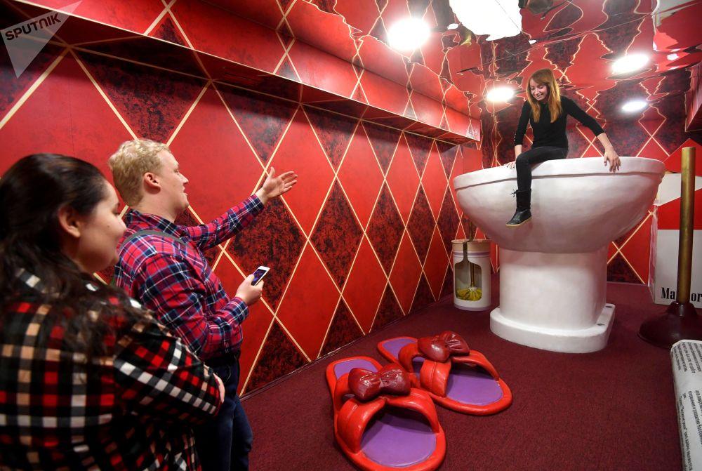 訪客在莫斯科的「巨人之家」博物館拍照