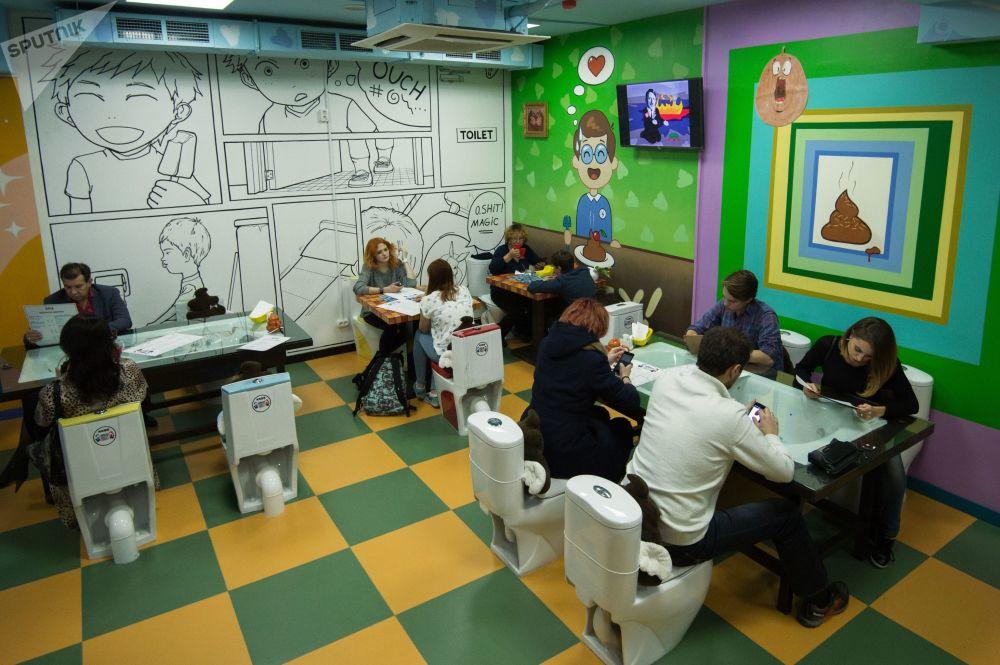 莫斯科「瘋狂廁所」主題咖啡館中的客人