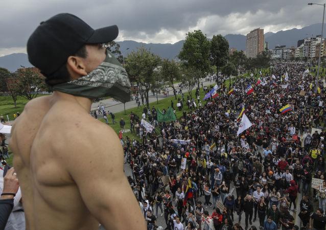 哥倫比亞警方向抗議人群發射催淚瓦斯