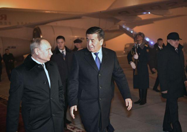 吉爾吉斯斯坦總統熱恩別科夫親自到機場迎接普京
