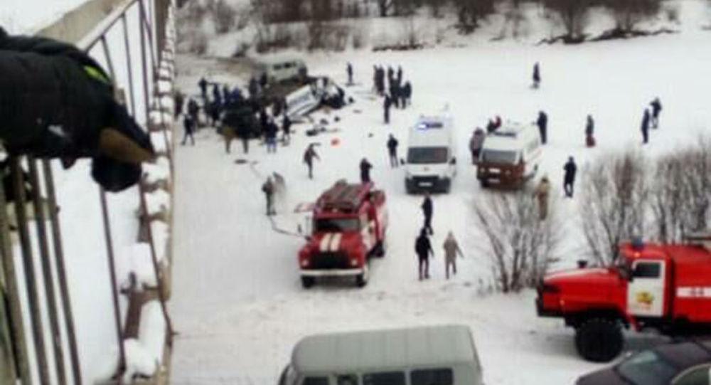 外貝加爾邊疆區客車墜橋事故發生後26人獲救