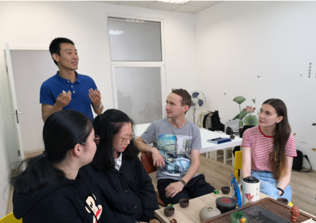 聖唐王校長給學生講中國文化