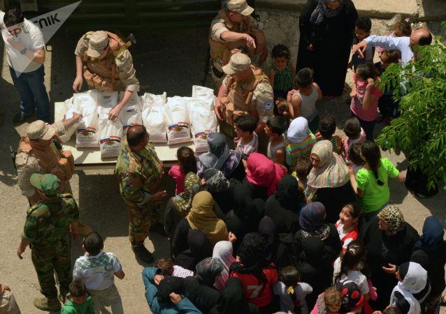 俄軍將人道主義援助送至被武裝分子摧毀的敘利亞村莊居民手中