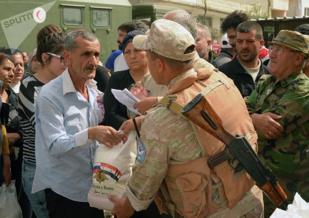 俄軍方向敘利亞難民營居民分發200多個食品包