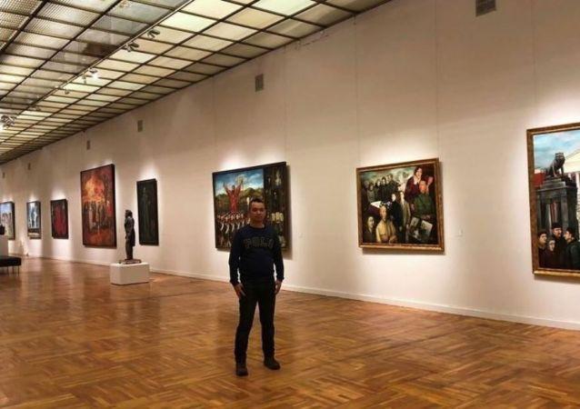 張貫宇在新特列季亞科夫畫廊同導師納達連科的作品合影