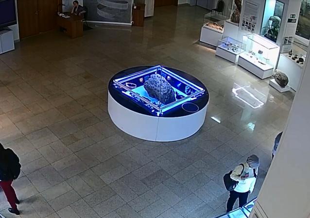 車里雅賓斯克博物館隕石展品上方的玻璃自行升起