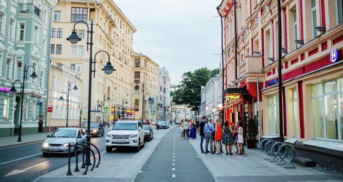 莫斯科老街改造,行車道變窄,人行道變寬