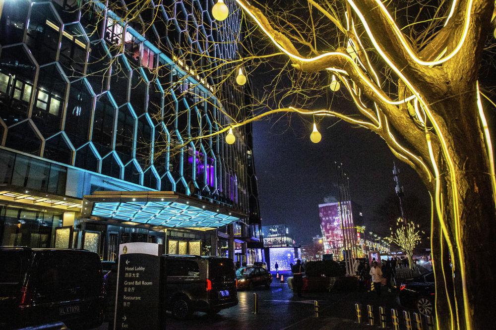 北京三里屯通盈中心洲際酒店附近的樹木被彩燈裝點一新