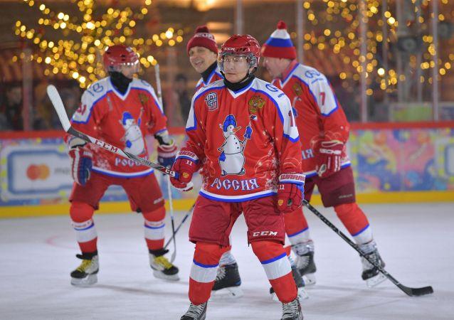 普京在紅場參加夜間冰球聯盟友誼賽