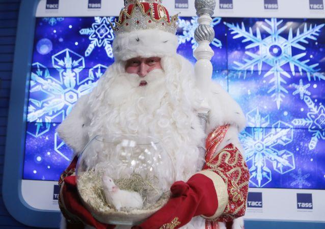 新年夜250多位嚴寒老人乘坐莫斯科地鐵