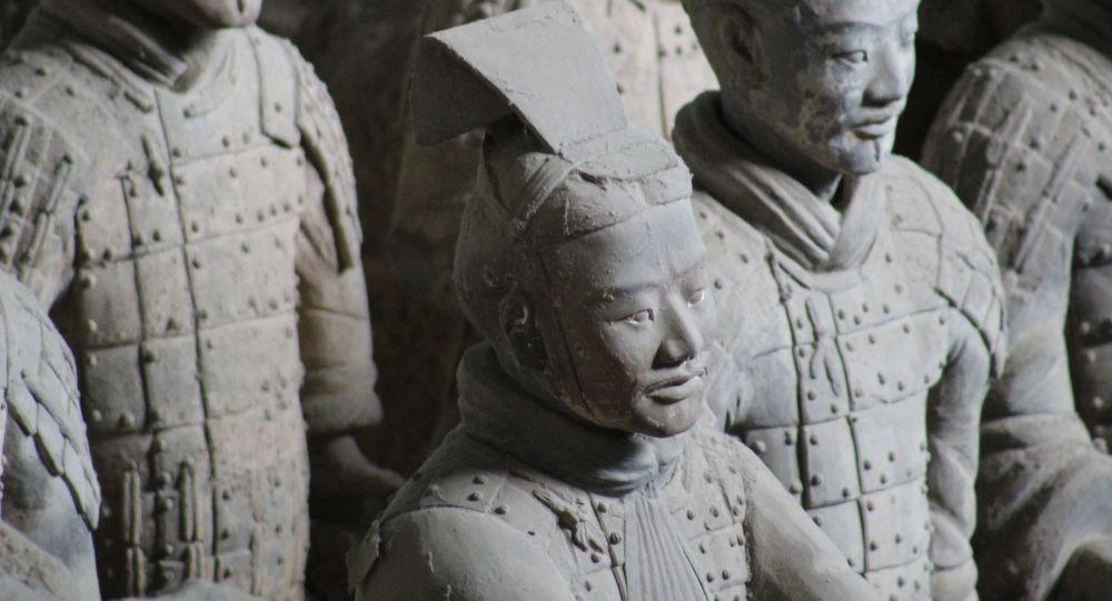 中國考古學家在秦始皇墓中又發掘出200余件陶俑