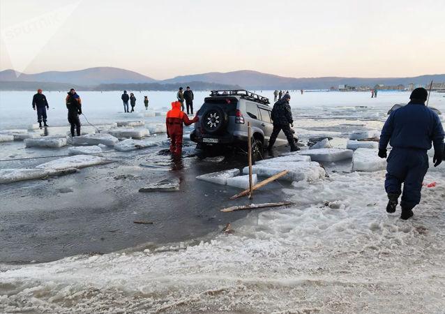 俄救援人員救出幾十輛陷在符拉迪沃斯托克海灣冰中的汽車