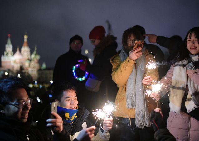 新年夜的紅場匯聚了成千上萬的莫斯科人和遠道而來的外國朋友