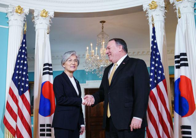 韓國外交部長康京和(左)和美國國務卿蓬佩奧