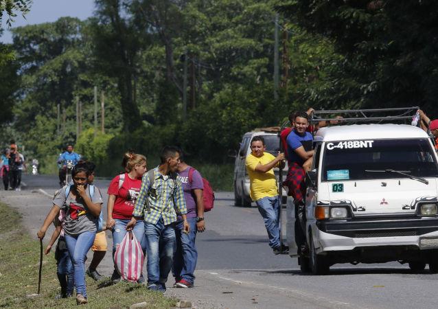 今年首批大篷車難民從洪都拉斯前往美國