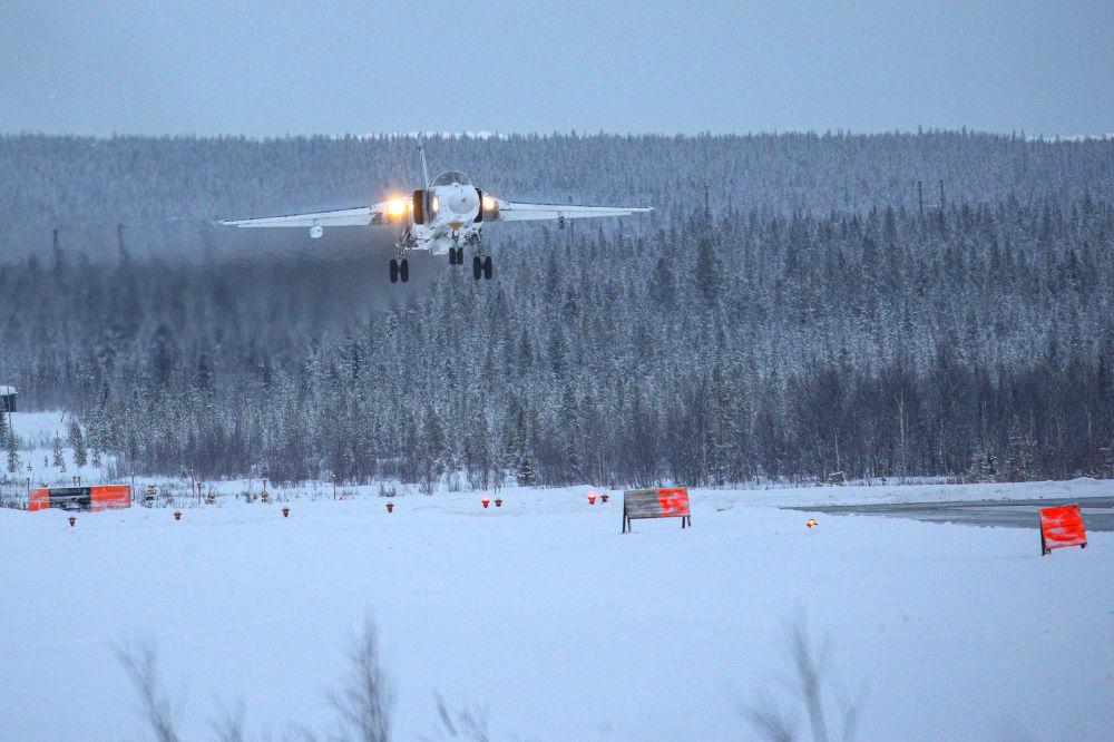 蘇-24轟炸機和米格-31截擊機在摩爾曼斯克州進行教練飛行